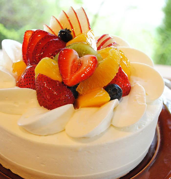 季節の果物と生クリームのお菓子の写真